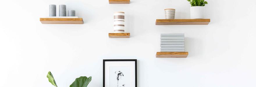 Des étagères ou des armoires